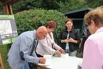 Radovan Jančář podepisoval svou novou knihu o Maršově na Bartolomějské pouti.