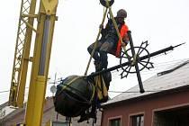 Kříž z kostela sv. Martina v Bánově je na zemi. Postarali se o to odborníci na výškové práce.