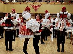 Na čtvrtém ročníku krojového plesu v Babicích tancovali moravskou besedu.