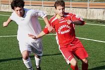 Fotbalisté FC Vsetín (světlé dresy) měli výborný první poločas a zaslouženě vedli 1:0. Hluku patřila druhá půle, vyrovnal, ale nakonec jede domů s prázdnou. Deset minut před koncem rozhodl domácí Kašpar.
