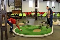 MINIGOLF. Unikátní hřiště minigolfu vKovozoo Staré Město je kdispozici široké veřejnosti.