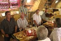 Atmosféru veřejné zkoušky v Galerii slováckých vín si otestoval mužský sbor z Ostrožské Nové Vsi.