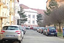 Nedostatek parkovacích míst trápí řidiče ve většině uherskohradišťských obytných čtvrtí.