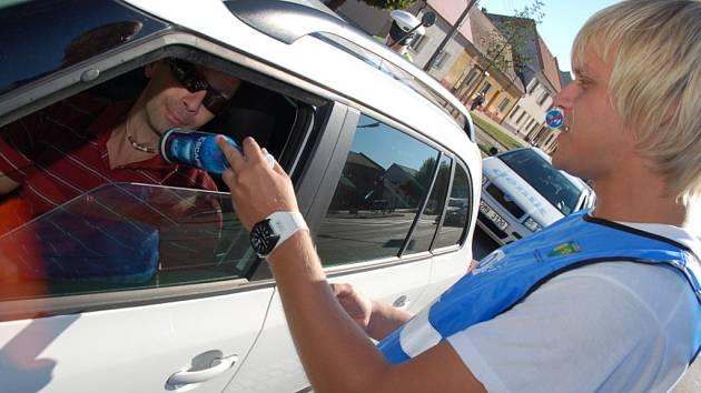 Ukáznění řidiči dostávají energetické nealko pivo a jednorázový tester.