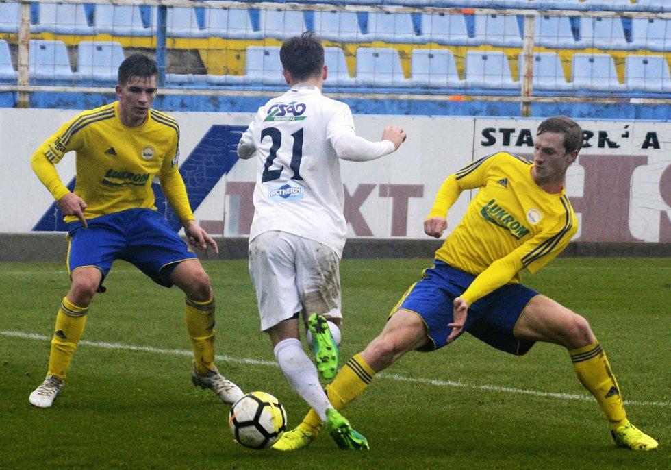 Juniorka Slovácka (v bílých dresech) prohrála na Širůchu v derby se Zlínem 0:2. Oba krajští rivalové  v moravské části patří mezi čtveřici elitních týmů.