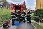 Desinfekcí zhruba desítky bytových domů v Uherském Brodě, zahájili v úterý profesionální hasiči ze Zlína, Uherského Hradiště i Brodu sérii protiepidemiologických opatření.