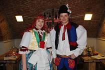 Vítězní stárci z Popovic přebírají víno od Libora Zlomka v Galerii slováckých vín v Uherském Hradišti.
