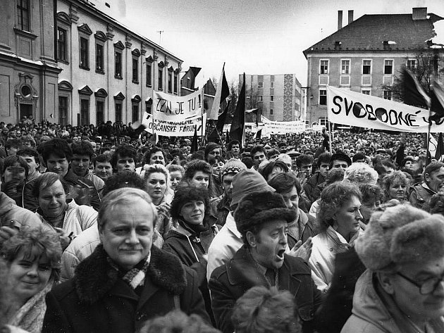 Demonstrace k listopadovým událostem v roce 1989. Ilustrační foto.