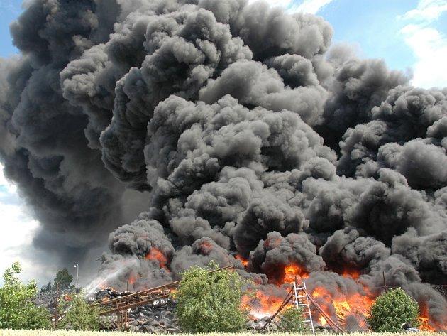 K požáru se sjely desítky hasičů.