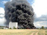 Hasičům zprvu nezbývalo nic jiného, než požáru přihlížet. Museli počkat na zásoby hasicí pěny.