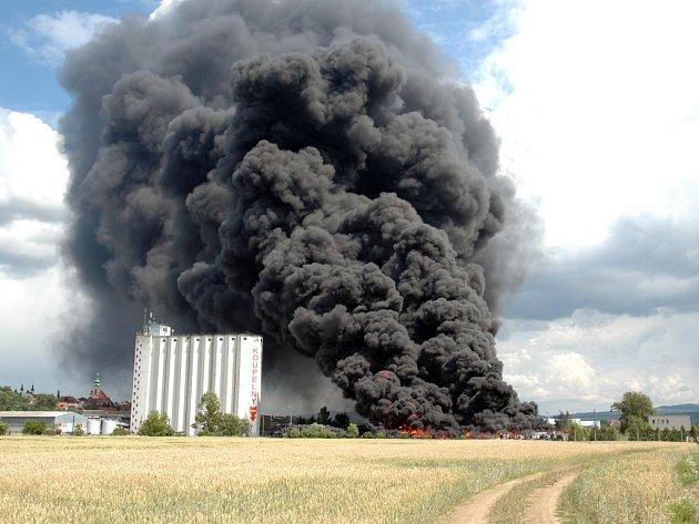 Kouř bylo vidět na vzdálenost desítky kilometrů.