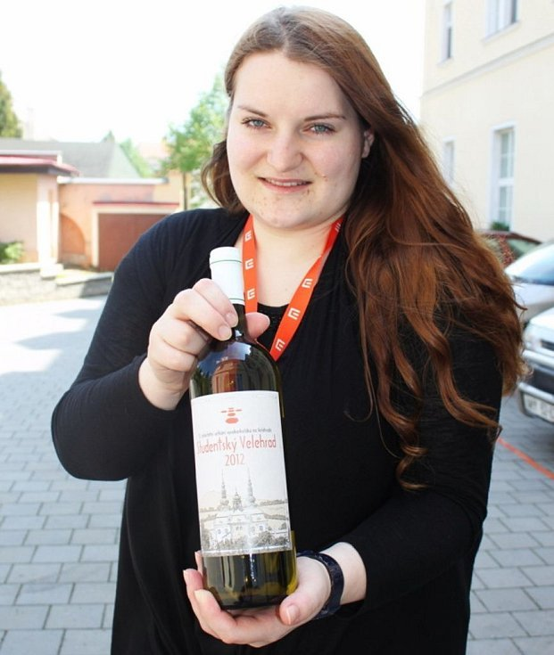 Pořadatelé obdarovali přednášející a hosty sklenicí vína s emblémem Studentského Velehradu.