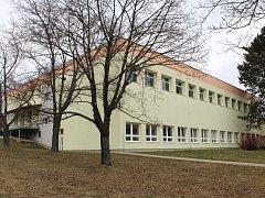 Praskliny na školní tělocvičně v Bílovicích statiku budovy zatím neohrožují.