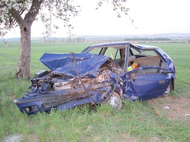 Čelní srážka dvou aut u Jalubí.