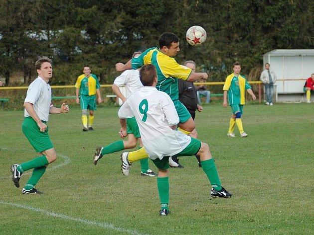 Na snímku sice vyskočil výše hráč Bánova, na konci utkání si však mohli radostí poskočit fotbalisté Tupes.