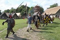 Válečníci připraveni na střed připochodovali do opevněného sídliště.