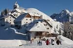 Na Monte Santo di Lussari se můžete dostat lanovkou nebo po svých. V zimě však s patřičnou výbavou. Dominantou vrcholu je kostelík.
