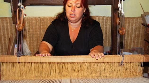 Hana Buchtelová při tkaní.