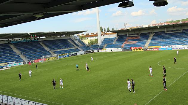 Fotbalisté Slovácka (v bílých dresech) se před restartem FORTUNA:LIGY utkali s Třincem. Utkání se hrálo bez diváků.