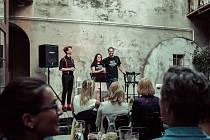 Herec David Macháček v kavárně Kafe Uprostřed (zcela vlevo).