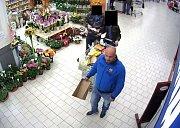 Sedmdesátiletého seniora okradl v pátek 15. září krátce před desátou hodinou dopoledne v supermarketu v ulici Vlčnovská v Uherském Brodě zatím neznámý pachatel. Policie ale na kamerových záběrech vypátrala, kdo má čin na svědomí.