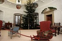 """Během svátečních dnů ve dnech 26. 12. a 27. 12. 2013 – budou pro veřejnost zpřístupněny interiéry zámku v Buchlovicích. Tato akce se na zámku opakuje jednou za dva roky, letos s podtitulem """"Vánoční obdarování""""."""
