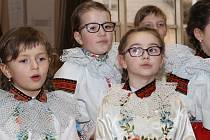 Ve velkém sále vlčnovského Klubu sportu a kultury se sešly tři dětské soubory, aby strávily společné odpoledne na čtrnáctém ročníku krojového plesu pro děti.