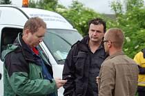 Strážník Vlastimil Pauřík (na snímku uprostřed) zažil povodně od roku 1997 několikrát. Ty první byly ale podle něj tou největší zkušeností svého druhu.