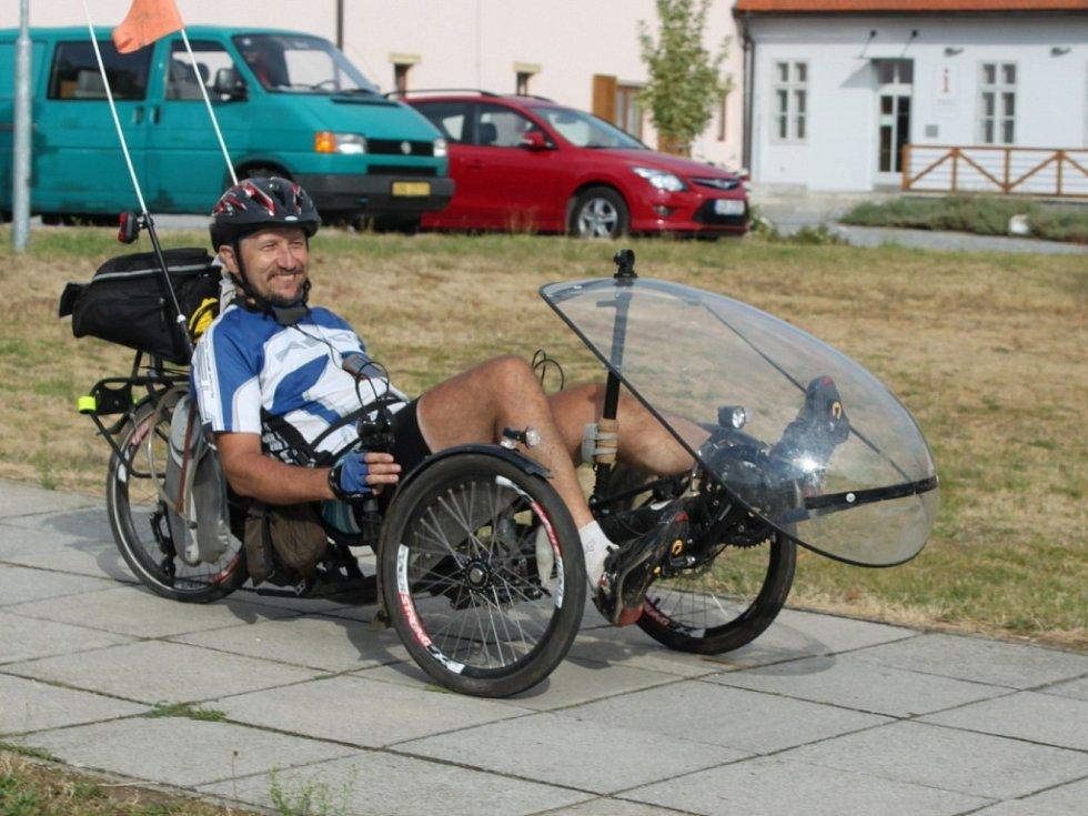 V CÍLI. Sto padesát účastníků Cyrilometodějské cyklopoutě 2013 dorazilo po sedmi dnech z Prahy na Velehrad.