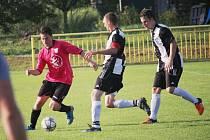 Fotbalisté Topolné porazili Hluk B (v růžových dresech) 2:1.
