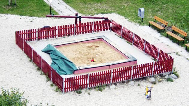 Opuštěné pískoviště na hradišťském sídlišti Východ nechrání krycí plachta, která má zabránit vstupu koček a psů na venkovní hrací plochy.