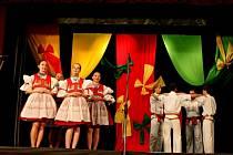 Folklorní soubory Pentlička a Pentla rozproudily svým pořadem krev v žilách 450 diváků.
