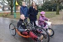Zdravotně handicapovaný Pavel Žufánek z Popovic si ve čtvrtek 18. února v Uherském Hradišti převzal nový handbike.