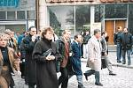 Václav Havel před kavárnou Corso v Uherském Hradišti.