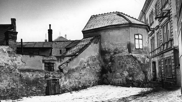 Pozůstatky válcové věže, rok 1985.