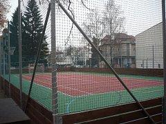 Hřiště u školy UNESCO má, mimo jiné, nový povrch, i oplocení.