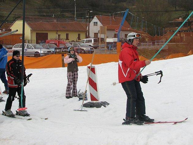 Nejméně půl roku bude Lubomír Orel a lyžaři čekat na sníh.