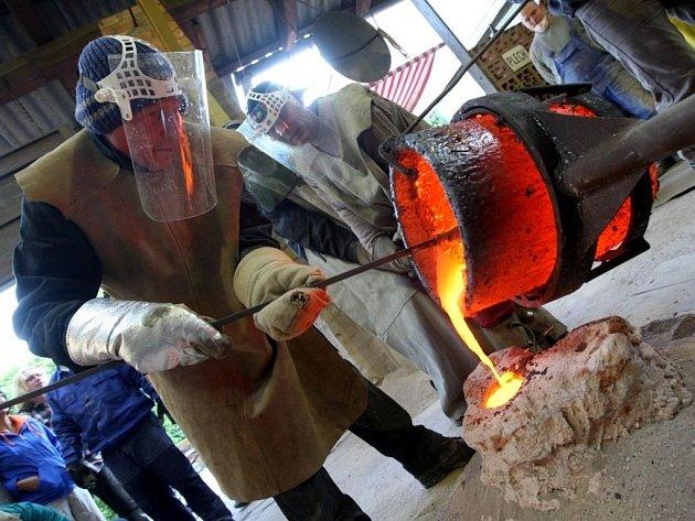 Odlévání bronzových soch ve slévárně sochaře Otmara Olivy ve Velehradě.