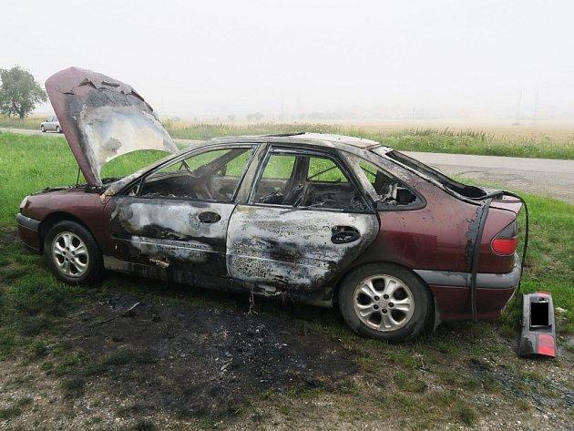 Renault Laguna začal během jízdy hořet. Žena stačila vůz v městské části Uherského Hradiště – Jarošově – odstavit a společně se dvěma spolujezdkyněmi i včas vystoupit, takže nikdo nebyl zraněn.