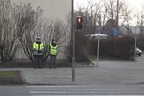 Mluvčí hradišťské policie Jitka Zámečníková (vpravo) kontroluje chodce a cyklisty na přechodech.