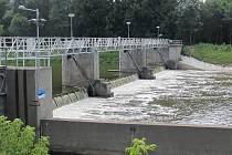 Řeka Morava. Jez u Kostelan. Ilustrační foto.