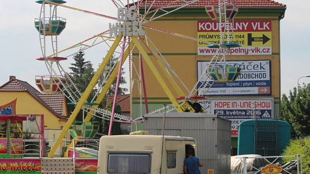V areálu lunaparku Spilka v Uherském Hradišti u Tesca panuje pochmurná atmosféra. Nafukovací skluzavka je již vypuštěná a schovaná ve vozíku.