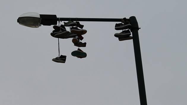Vysoko nad chodci u hradišťského aquaparku se houpe téměř desítka párů bot.