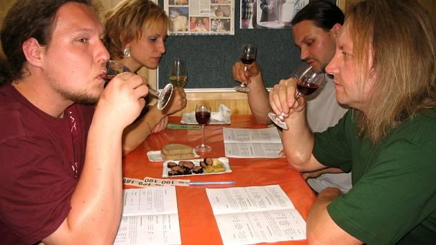 Většina hostů hodnotila víno podle informací z přiloženého katalogu.