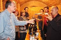 Majitel vinotéky sv. Vavřinca Roman Karbula (první zprava) předvedl, jak se dá nalévat víno.