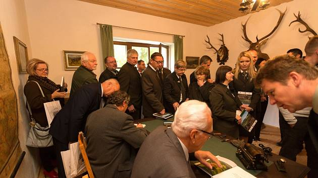 KŘEST DVOJKNIHY. Zbrusu novou publikaci a DVD pokřtili lesníci vodou z lesních studánek.