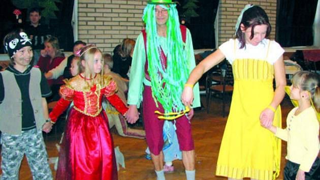 Tanec s pohádkovými postavami se dětem líbil.