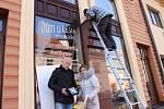 Majitelé vykradených galerií v Uherském Hradišti si na vlastní prostředky pořídili veřejné osvětlení. Dvojice halogenů bude od 10. prosince osvětlovat plochu před jejich výlohami na Otakarově ulici.