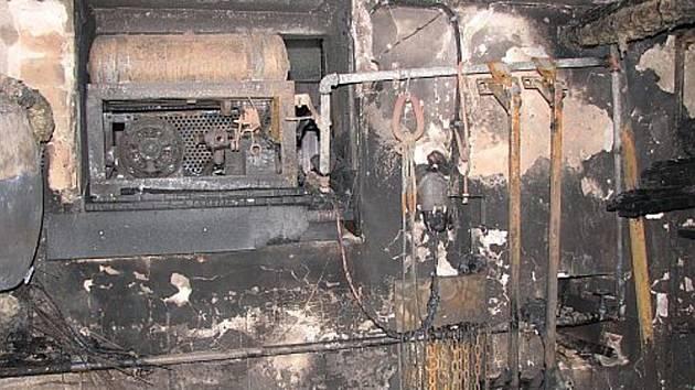 Sklepní prostory hluckého domu požár totálně zlikvidoval.