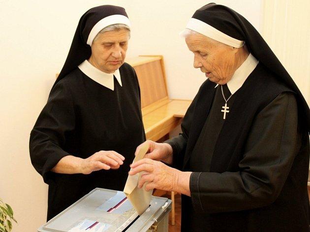 Řeholní sestry z velehradské kongregace sv. Cyrila a Metoděje odevzdaly svůj hlas jednomu ze dvou kandidátů na post senátora v tamním charitním domě sv. Cyrila a Metoděje.